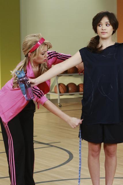 Chelsea Staub e Nicole Gale Anderson nell'episodio Detention della serie Jonas