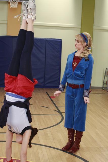 Chelsea Staub e Nicole Gale Anderson in un momento dell'episodio Detention della serie Jonas