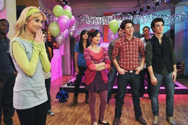 Chelsea Staub, Nick Jonas, Kevin Jonas e Nicole Anderson in una scena dell'episodio Karaoke Surprise della serie Jonas
