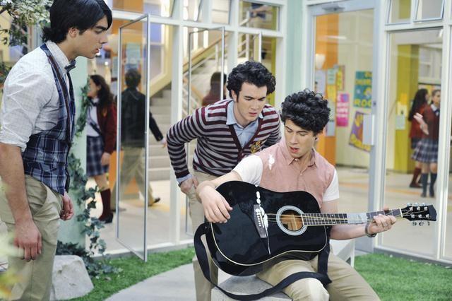 I Jonas Brothers in una scena dell'episodio Complete Repeat della serie Jonas