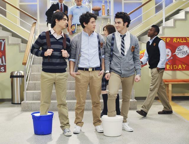 I Jonas Brothers nell'episodio Complete Repeat della serie Jonas
