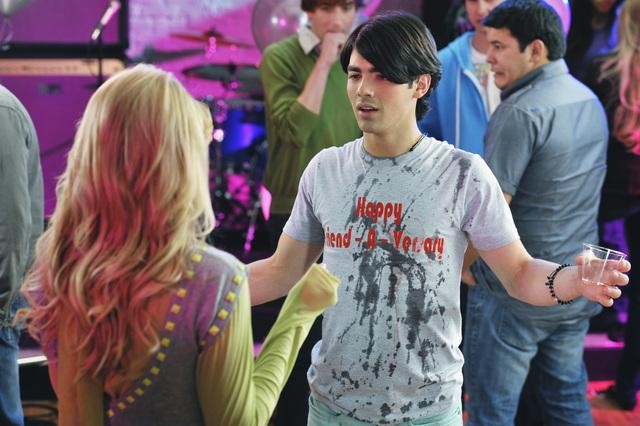 Joe Jonas e Chelsea Staub in una scena dell'episodio Karaoke Surprise della serie Jonas
