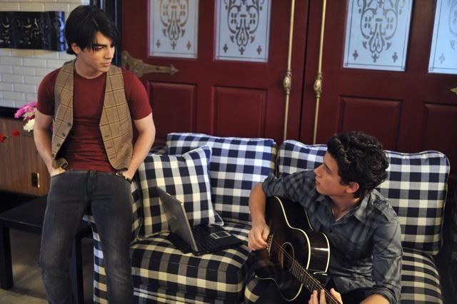 Joe Jonas e Nick Jonas in una scena dell'episodio Home Not Alone della serie Jonas