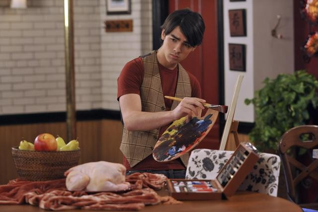 Joe Jonas in una scena dell'episodio Home Not Alone della serie Jonas