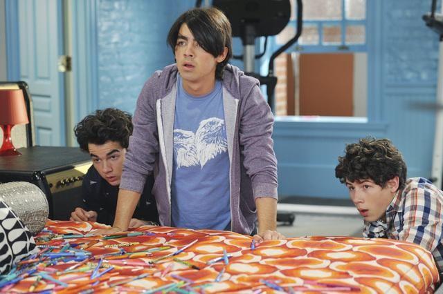 Kevin, Joe e Nick Jonas in una scena dell'episodio That Ding You Do della serie Jonas