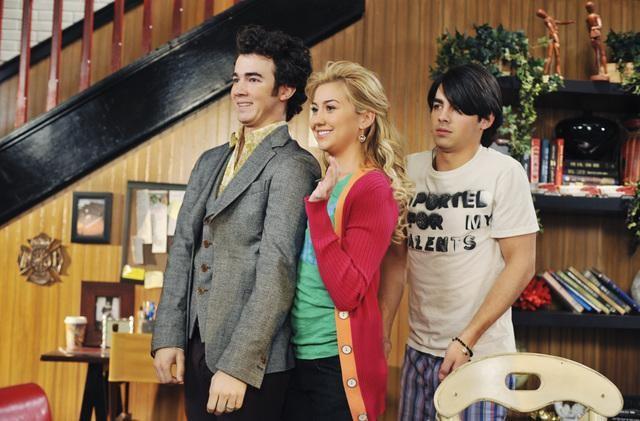 Kevin Jonas, Chelsea Staub e Joe Jonas in una scena dell'episodio Love Sick della serie Jonas