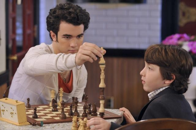 Kevin Jonas e Frankie Jonas in una scena dell'episodio Home Not Alone della serie Jonas