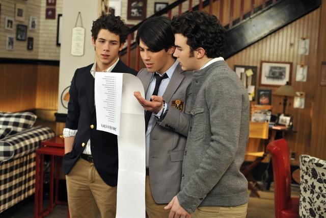 Kevin Jonas, Joe Jonas e Nick Jonas nell'episodio Home Not Alone della serie Jonas