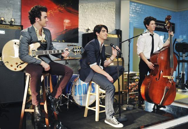 Kevin Jonas, Nick Jonas e Joe Jonas in una scena dell'episodio Love Sick della serie Jonas
