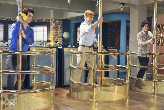 Nick e Kevin Jonas e Chuck Hittinger nell'episodio The Three Musketeers della serie Jonas