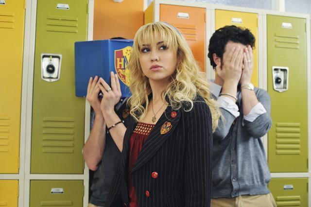 Nick Jonas, Joe Jonas e Chelsea Staub in una scena dell'episodio Frantic Romantic della serie Jonas