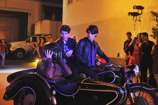 Nick Jonas, Joe Jonas e Kevin Jonas in una scena dell'episodio Frantic Romantic della serie Jonas