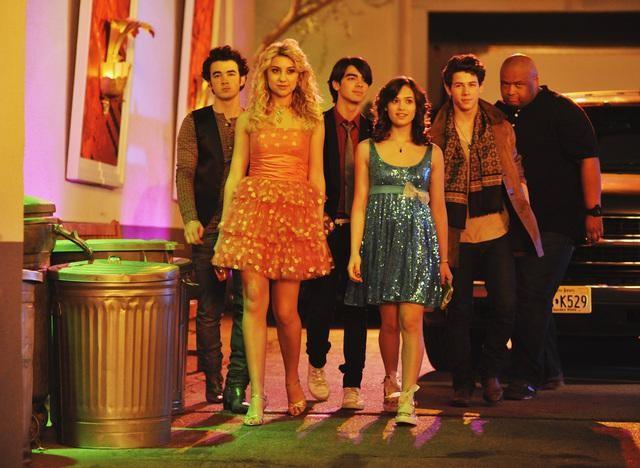 Nick Jonas, Joe Jonas, Kevin Jonas, Nicole Anderson e Chelsea Staub in una scena dell'episodio Frantic Romantic della serie Jonas