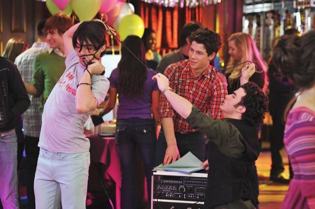 Nick Jonas, Kevin Jonas e Joe Jonas in una scena dell'episodio Karaoke Surprise della serie Jonas