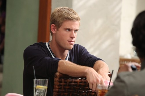 Trevor Donovan in una scena dell'episodio The Porn King di 90210