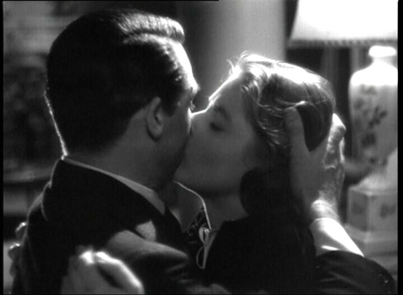 Cary Grant e Ingrid Bergman in una scena del film Notorious di Alfred Hitchcock