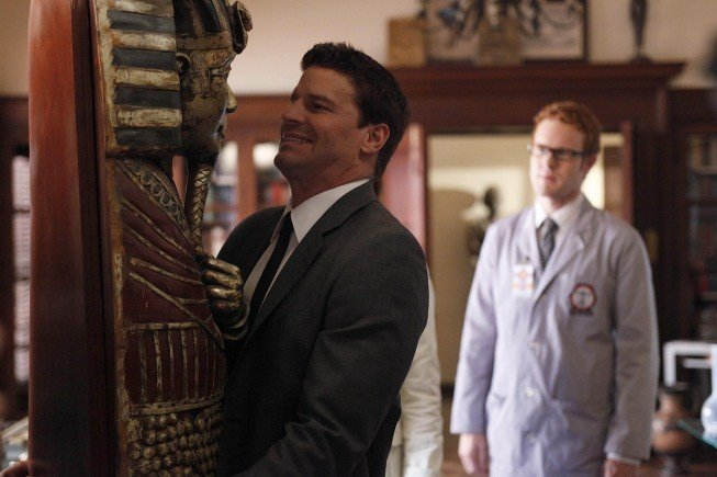 David Boreanaz in una scena dell'episodio A Night at the Bones Museum della serie Bones