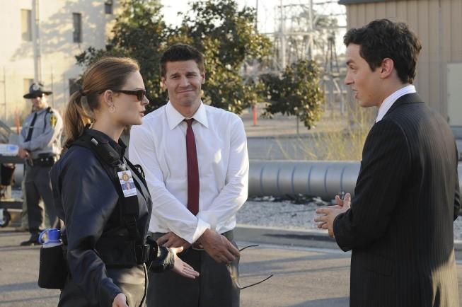 David Boreanaz, John Francis Daley ed Emily Deschanel in una scena dell'episodio A Night at the Bones Museum della serie Bones