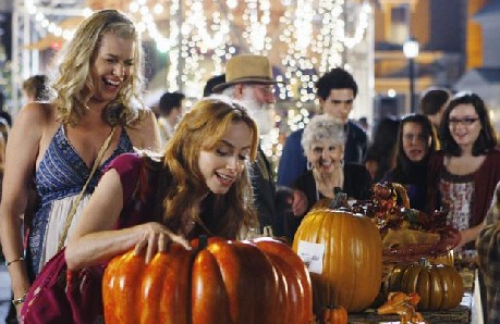 Eastwick: Jaime Ray Newman e Rebecca Romijn in una sequenza di Reaping and Sewing, secondo episodio della prima stagione del serial