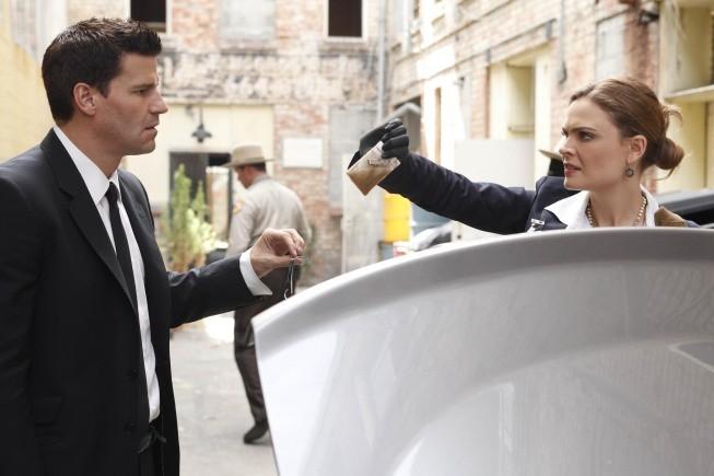 Emily Deschanel e David Boreanaz in un momento dell'episodio The Bond In The Boot della serie Bones