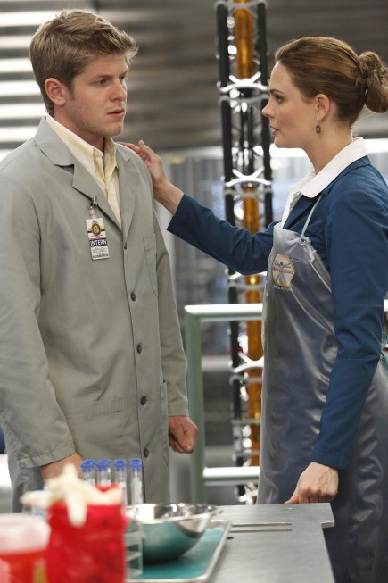 Emily Deschanel e Michael Terry in una scena dell'episodio The Bond In The Boot della serie Bones