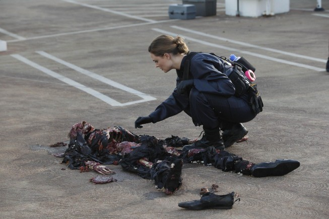 Emily Deschanel in una scena dell'episodio The Bond In The Boot della serie Bones