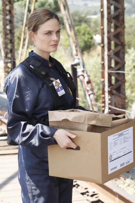 Emily Deschanel in una scena dell'episodio The Plain in the Prodigydella serie Bones
