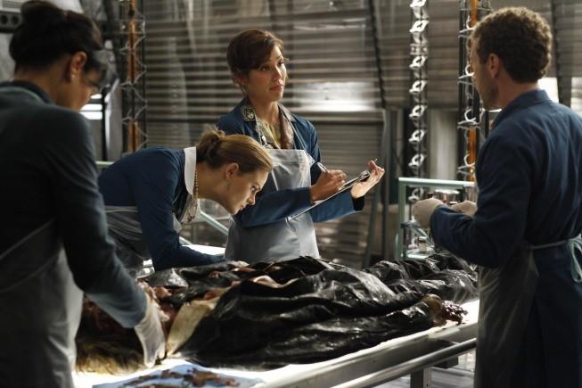 Emily Deschanel, Michaela Conlin e TJ Thyne in una scena dell'episodio The Bond In The Boot della serie Bones