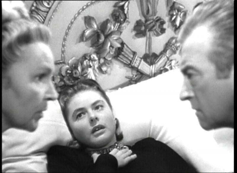Ingrid Bergman con Claude Rains e Leopoldine Konstantin in Notorious - L\'amante perduta ( 1946 )