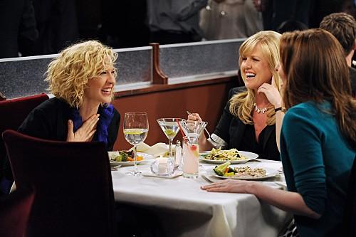 Jenna Elfman, Ashley Jensen e Lennon Parham in una scena dell'episodio The Date della serie Accidentally on Purpose