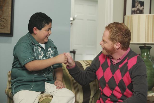 Jesse Tyler Ferguson e Rico Rodriguez in una scena dell'episodio The Bicycle Thief della serie Modern Family