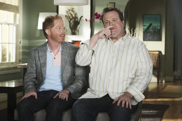 Jesse Tyler Ferguson ed Eric Stonestreet in una scena dell'episodio The Bicycle Thief della serie Modern Family