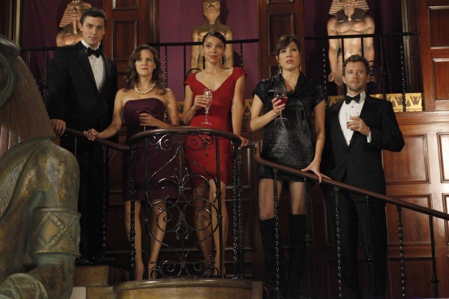 John Francis Daley, Carla Gallo, Tamara Taylor, Michaela Conlin e TJ Thyne in una scena dell'episodio A Night at the Bones Museum della serie Bones