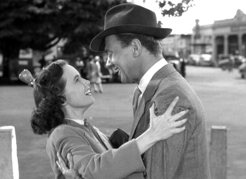 Joseph Cotten abbraccia Teresa Wright in una scena del film L\'ombra del dubbio ( 1943 )