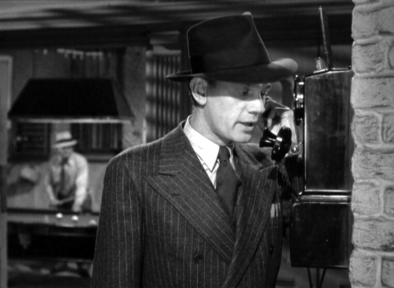 Joseph Cotten al telefono in una scena del film L\'ombra del dubbio ( 1943 )