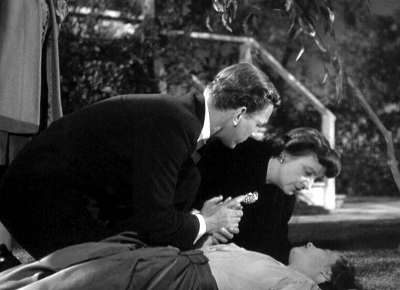 Joseph Cotten e Patricia Collinge soccorrono Teresa Wright in una scena del film L\'ombra del dubbio