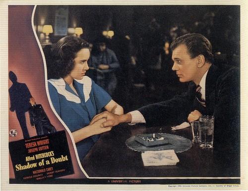 Joseph Cotten e Teresa Wright in una lobbycard promozionale del film L\'ombra del dubbio ( 1943 )