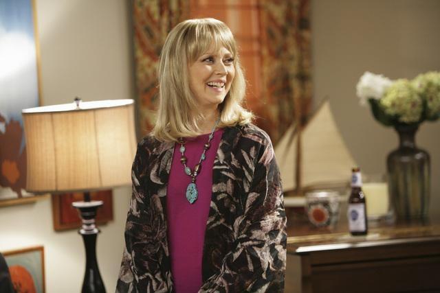 Shelley Long in una scena dell'episodio The Incident della serie Modern Family
