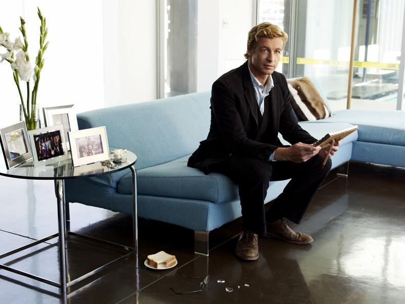 Simon Baker in una foto promozionale di The Mentalist
