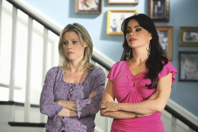 Sofía Vergara e Julie Bowen in una scena dell'episodio The Bicycle Thief della serie Modern Family
