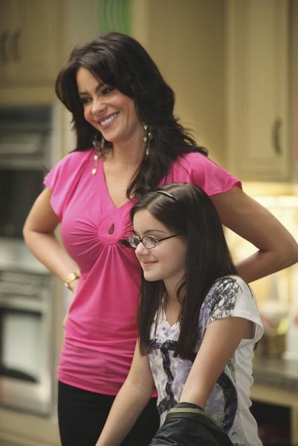 Sofía Vergara ed Ariel Winter in una scena dell'episodio The Bicycle Thief della serie Modern Family