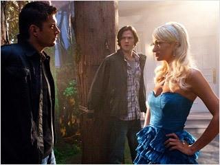 Supernatural, quinta stagione: Paris Hilton con Jared Padalecki e Jensen Ackles nell'episodio 'Fallen Angel'.