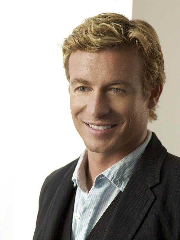 Un'immagine del sorridente Simon Baker per la prima stagione della serie The Mentalist