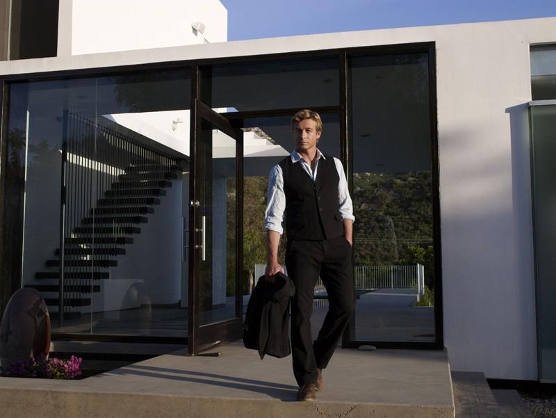 Una foto promo dell'attore Simon Baker di The Mentalist