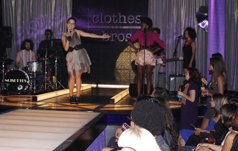 Brooke (Sophia Bush) presenta la cantante della sfilata nell'episodio Believe Me, I'm Lying di One Tree Hill