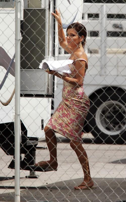 Desperate Housewives, stagione 6: Eva Longoria si ritira nella sua roulotte con il copione tra le mani