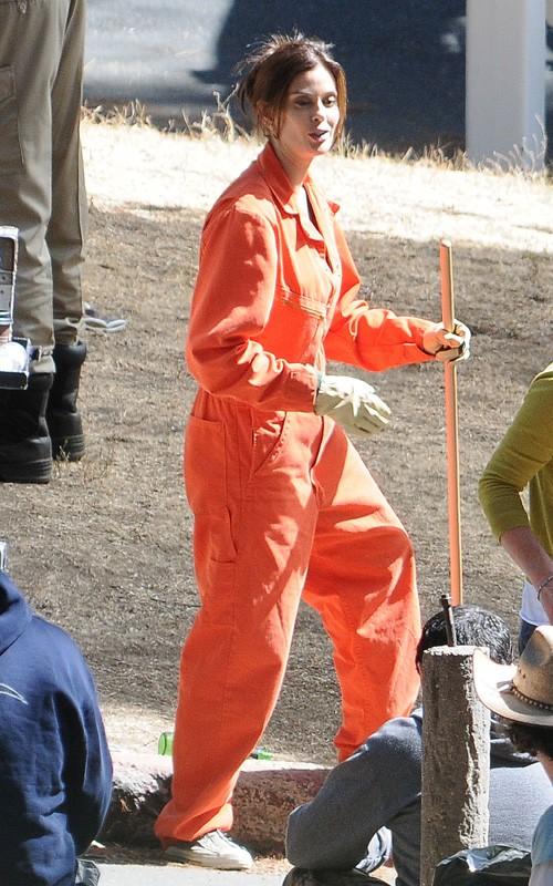 Desperate Housewives, stagione 6: Teri Hatcher scherza sul set con una tuta arancione.
