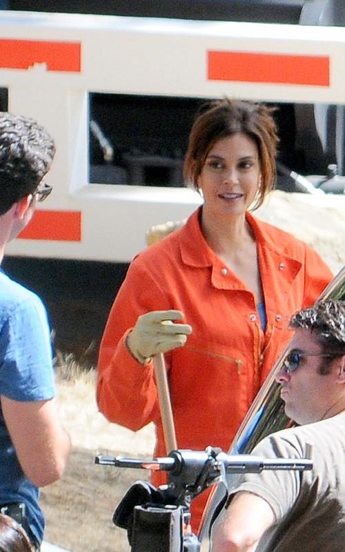 Desperate Housewives, stagione 6: Teri Hatcher sul set con una tuta arancione.