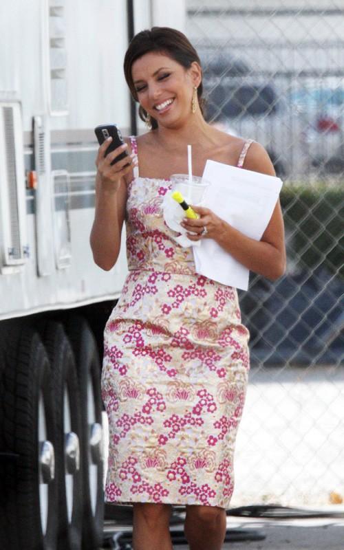 Desperate Housewives, stagione 6: una sorridente Eva Longoria legge un messaggio tra una ripresa e l'altra