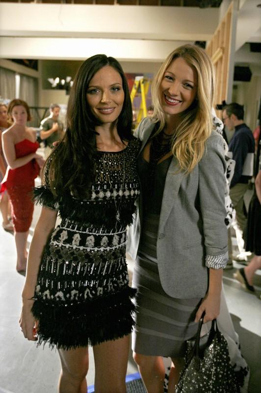 Georgina Chapman e Blake Lively sul set della puntata Dan de Fleurette di Gossip Girl